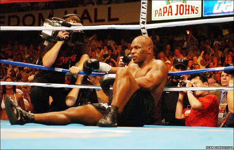 Июль 2004: Майк Тайсон сидит над полотном после нокаута в Англии, Дэнни...