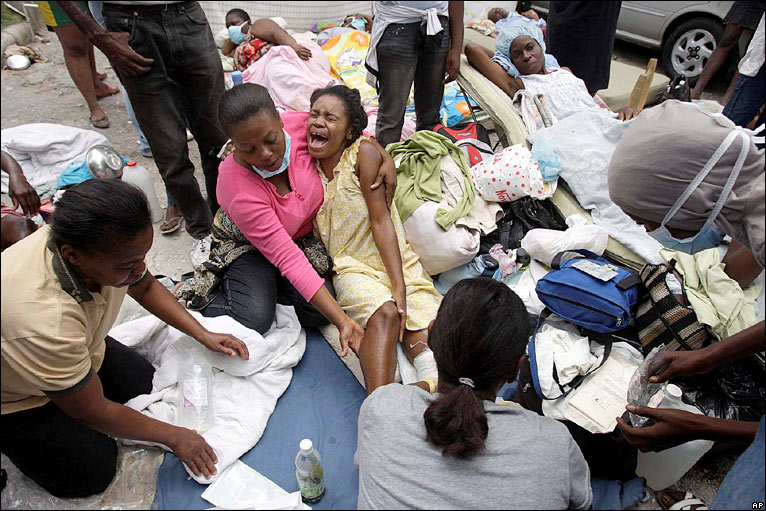 Bbc news in pictures search for haiti survivors for Medlab canape vert haiti