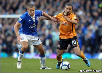 Everton's English midfielder Jack Rodwell (L) and Hull City's Brazilian midfielder Geovanni compete for the ball