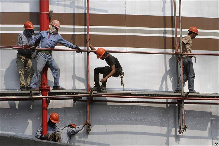 ng isang tangke sa isang planta ng gas kapangyarihan sa north Jakarta