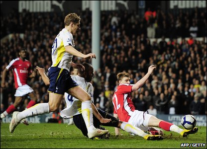Nicklas Bendtner scores for Arsenal