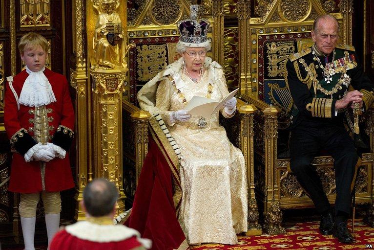 НА ФОТО: королева Елизавета II со своим супругом в Палате Лордов перед началом заседания.