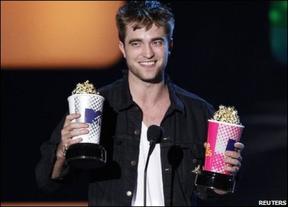 Robert Pattinson accepting the award for Best Male Performance and Global Superstar