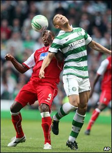 SC Braga's Paulo Cesar fights for the ball with Celtic's Cha Du-Ri