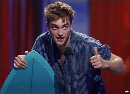 Actor Robert Pattinson gives the thumbs up after accepting his surfboard award for Choice Drama Movie Actor.