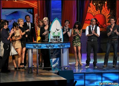 85 million votes were cast online. The cast of Glee can't stop smiling as they accept the Choice TV Comedy award.