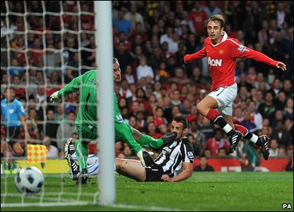 Dimitar Berbatov scores for manchester United