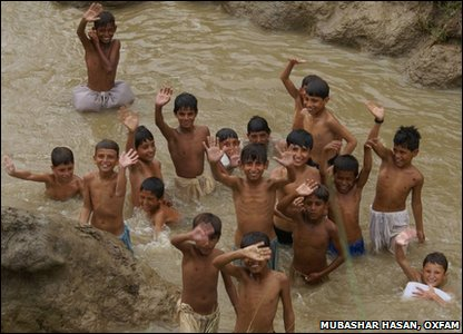 Kids enjoy a splash in muddy water in Pakistan