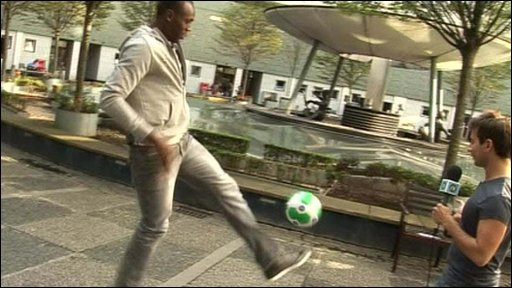 Usain Bolt does keepy-uppys
