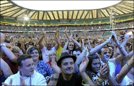 About 60,000 music fans turned up at Twickenham Stadium in London on Sunday night for the Help the Heroes concert.