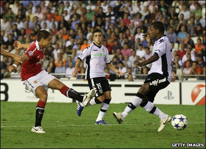 Champions League - Valencia v Manchester United - Javier Hernandez shoots to score