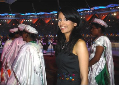 Sonali tries to be a part of the closing ceremony performance!