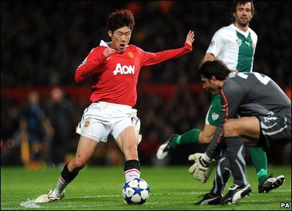 Ji Sung Park playing for Manchester United.