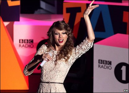 Taylor Swift perform at the Radio 1 Teen Awards