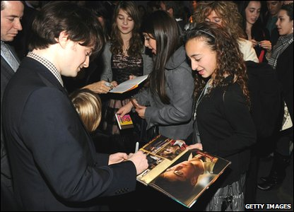 Harry Potter and the Deathly Hallows Part 1 - New York premiere - Daniel Radcliffe signs autographs