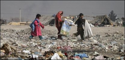 Children collect rubbish in Kabul