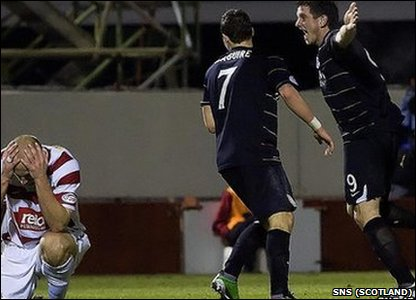 An injury-time goal from Scott Vernon gave Aberdeen a 1-0 win over Hamilton under their new manager Craig Brown.