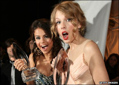 People's Choice Awards 2011 - Selena Gomez and Taylor Swift
