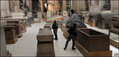 Egyptian special forces secure the main floor inside the Egyptian Museum in Cairo