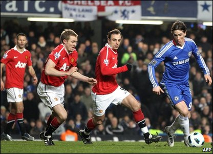 Chelsea player Fernando Torres (right) getting the ball past Manchester United's Dimitar Berbatov (2nd right), Darren Fletcher (2nd left) and Ryan Giggs during their English Premier League match at Stamford Bridge