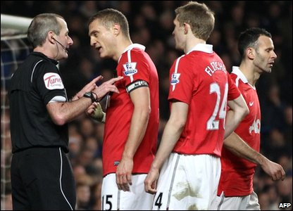 Manchester United player Nemanja Vidic (2nd left) argues with referee Martin Atkinson after he awarded a penalty to Chelsea during their English Premier League football match at Stamford Bridge