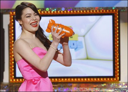 Nickelodeon Kids' Choice Awards 2011 - Miranda Cosgroves receives the favourite TV show award for iCarly