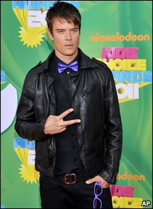 Nickelodeon Kids' Choice Awards 2011 - Actor Josh Duhamel dressed up as Justin Bieber!