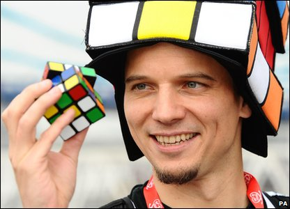 A man trying to run the fastest marathon while solving rubik cubes