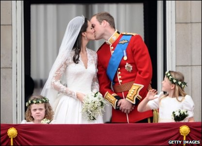 Prince William kisses his new wife on the balcony of Buckingham Palace
