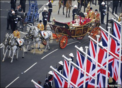 Prince William and Kate Middleton travel by carriage to Buckingham Palace