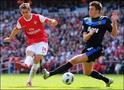 Arsenal beat Man United as title race hots up