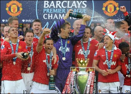 Manchester United players celebrate winning the 2010/2011 Premier League