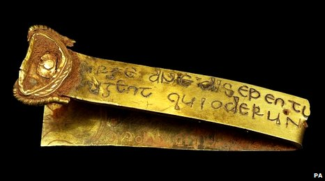 This gold strip carries the Latin inscription: Rise up O Lord, and may thy enemies be dispersed and those who hate thee be driven from thy face. It has two sources, the Book of Numbers or Psalm 67, taken from the Vulgate, the Bible used by the Saxons.
