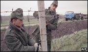 Hungarian border guards dismantle border fencing