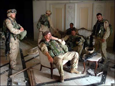 amerikai katonák Szaddam Husszein palotájában