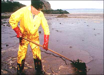 BBC NEWS   In detail   The Sea Empress disaster   Oil slick