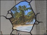 Art prankster sprays Israeli wall