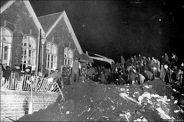 http://news.bbc.co.uk/nol/shared/spl/hi/pop_ups/06/uk_aberfan_disaster_/img/4.jpg