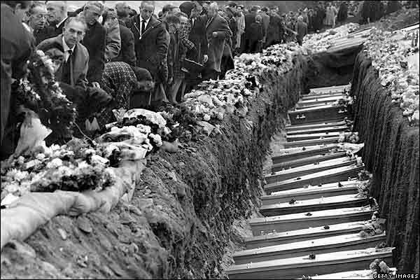 http://news.bbc.co.uk/nol/shared/spl/hi/pop_ups/06/uk_aberfan_disaster_/img/9.jpg