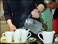Sarah Brown pouring tea for Michelle Obama
