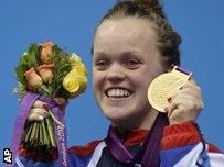 Ellie Simmonds holding up her gold medal