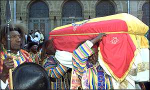 http://news.bbc.co.uk/olmedia/1005000/images/_1008172_coffin300ap.jpg