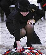 Clinton lays wreath at Rabin grave