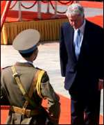Bill Clinton pays respects to a Vietnamese Honor Guard