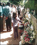 Maputo residents pay tribute at the assassination scene