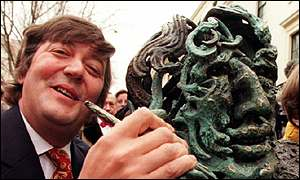 Actor Stephen Fry with statue of Oscar Wilde