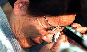 Kazue Nakazawa, the widow of war slave Li Kejin, wipes away tears