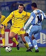 Mark Viduka avoids the challenge of Diego Simeone