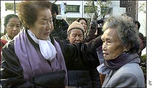 Comfort women Tomasa Salinog, left, and Lee Young-soo