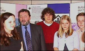 David Blunkett and Alan Davies (middle) with pupils